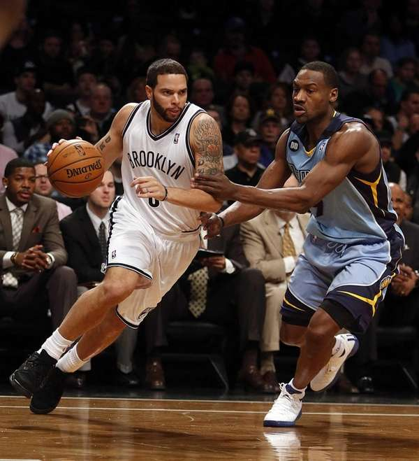 Deron Williams (8) drives against the Grizzles' Tony