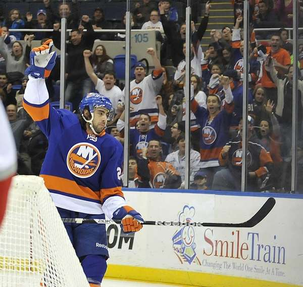 Matt Moulson and Islanders' fans celebrate his first-period