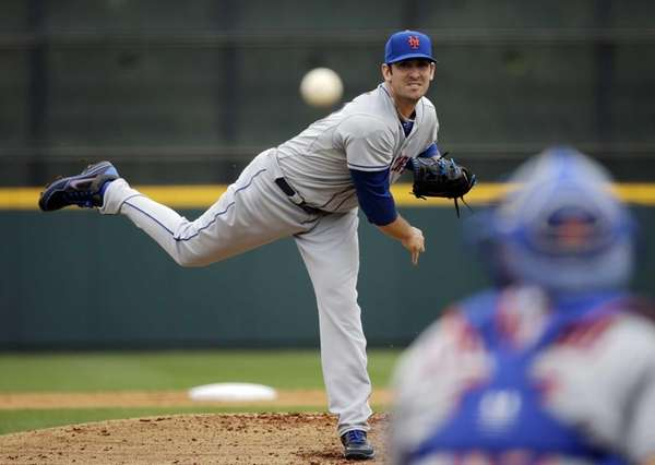 Matt Harvey delivers a pitch to Travis d'Arnaud