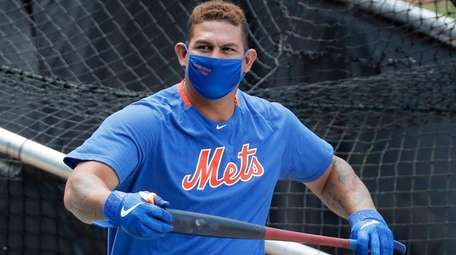 Wilson Ramos of the  Mets warms up