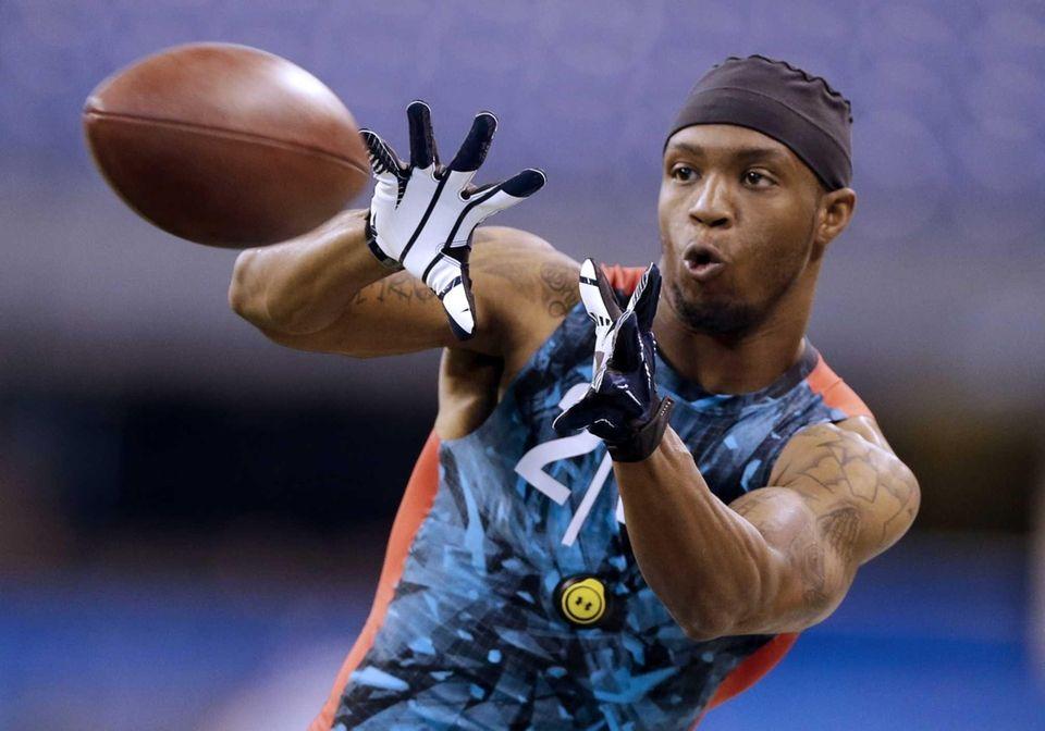 West Virginia receiver Tavon Austin makes a catch