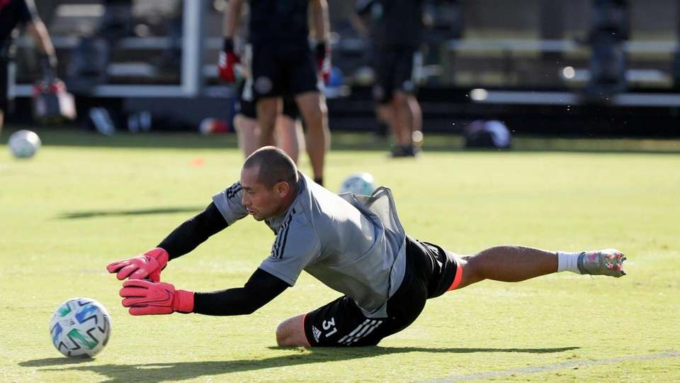 Inter Miami goalkeeper Luis Robles (31) warms up