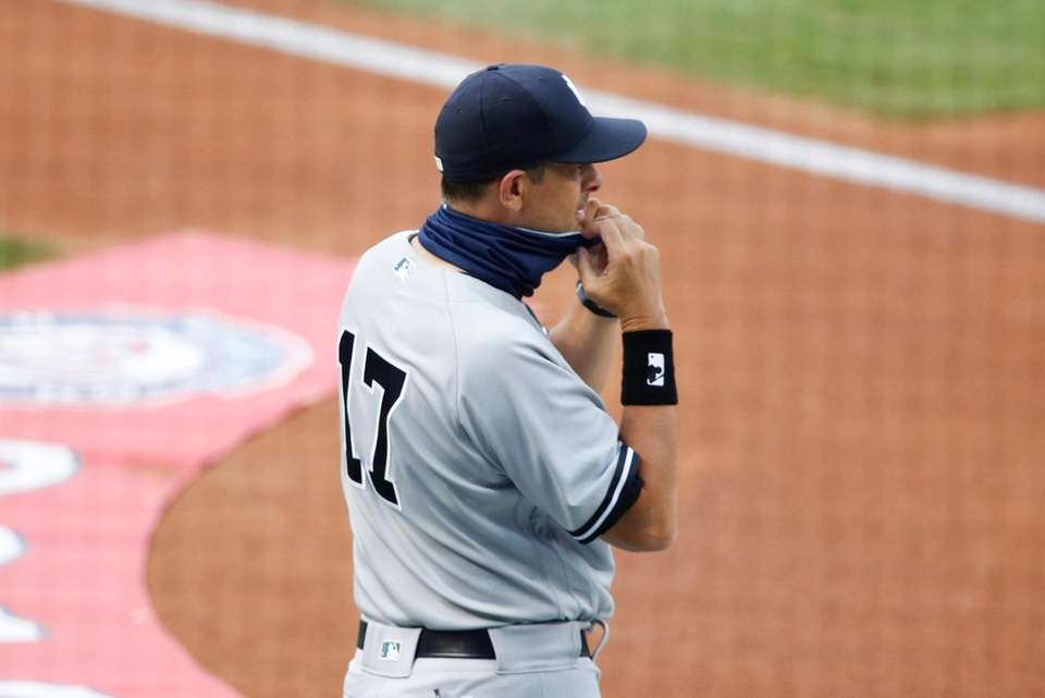 New York Yankees manager Aaron Boone (17) adjust