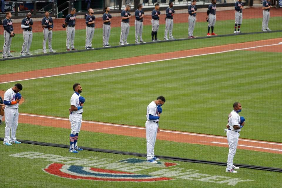 New York Mets, foreground, and Atlanta Braves players