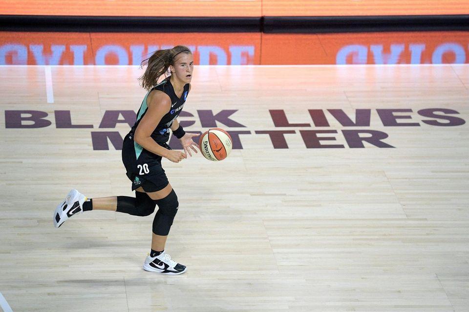 Liberty forward Sabrina Ionescu (20) pushes the ball
