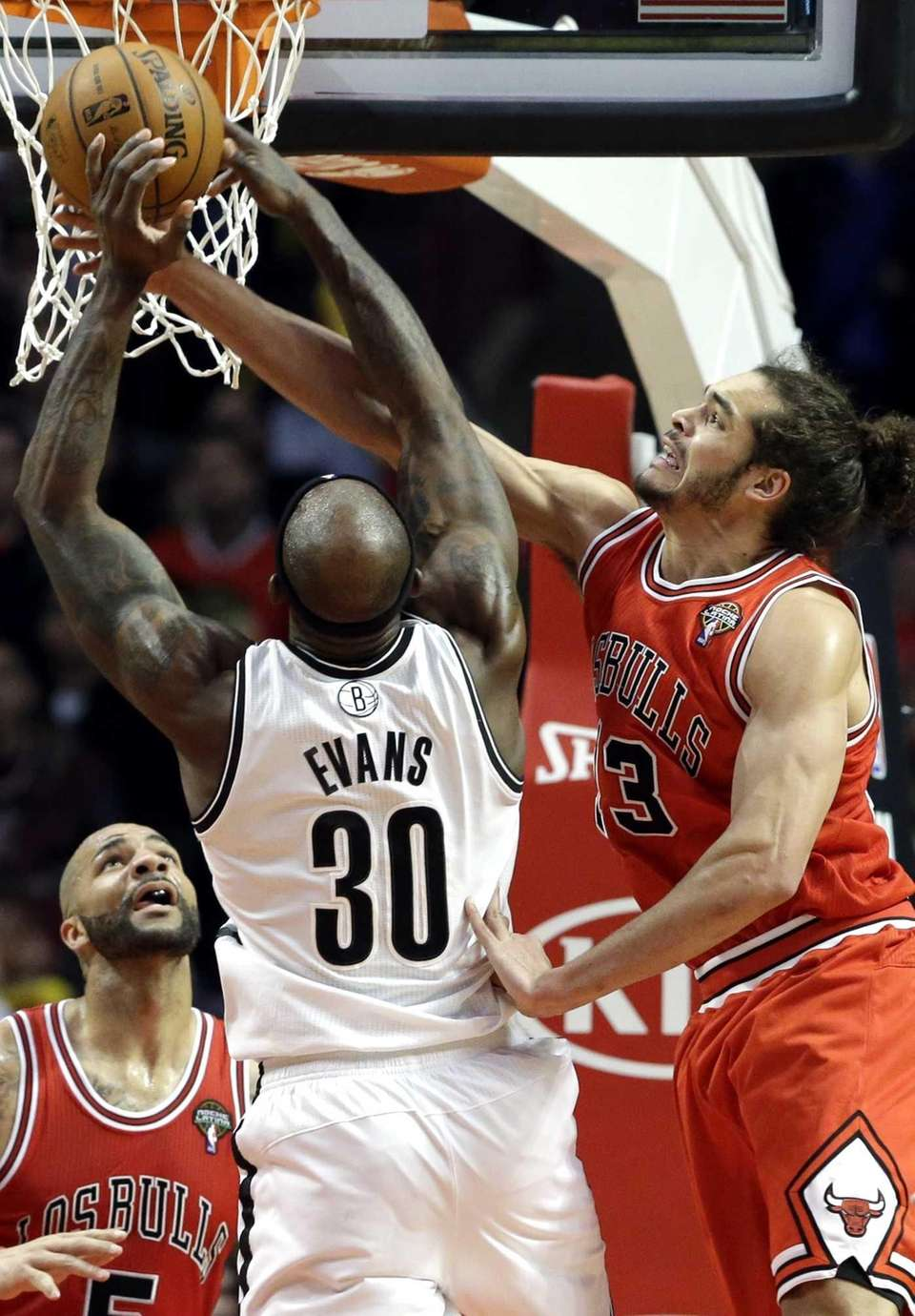 Chicago Bulls center Joakim Noah, right, blocks a