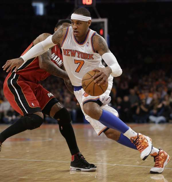 Carmelo Anthony (7) drives against Miami Heat forward