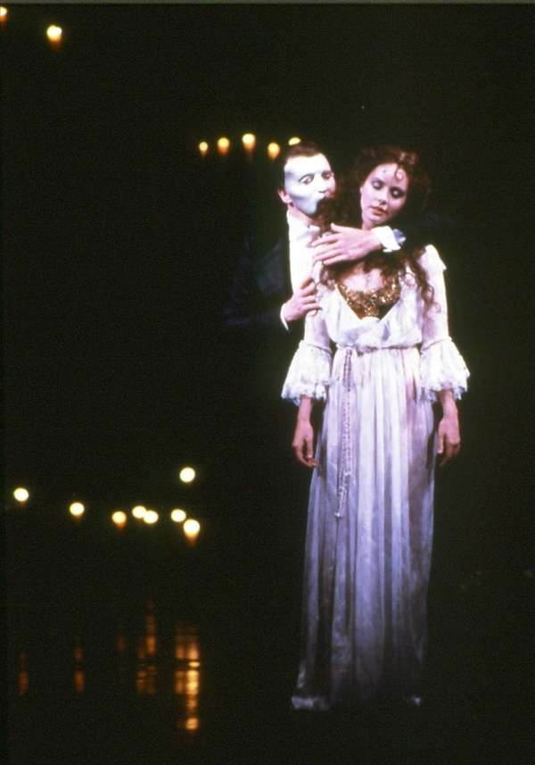Michael Crawford as Phantom and Sarah Brightman as