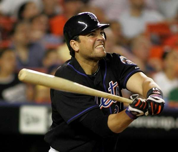 Mike Piazza watches his three-run home run leave