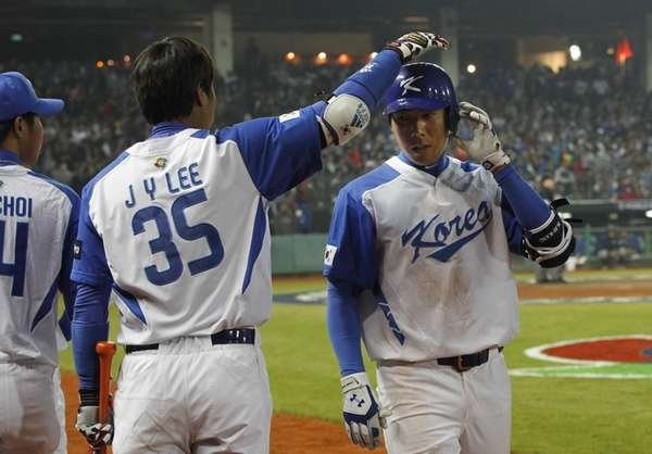 South Korea outlfielder Lee Jin-Young (35) congratulates third