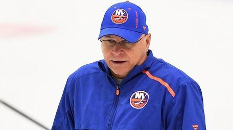 Islanders head coach Barry Trotz talks with players