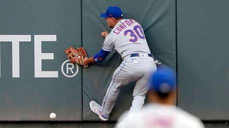 Mets right fielder Michael Conforto can't get to