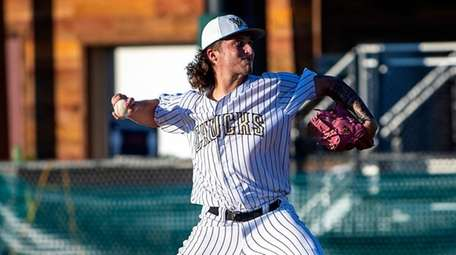 Bobby Vath pitches in the Northwoods Collegiate League