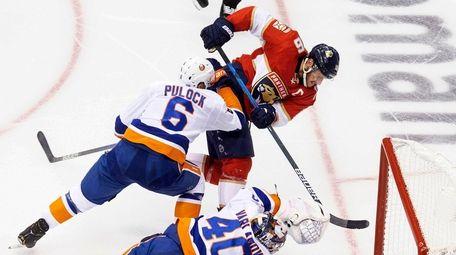 Islanders goaltender Semyon Varlamov dives for the save