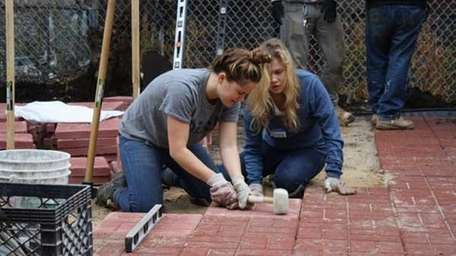 Students volunteer with Habitat for Humanity – New