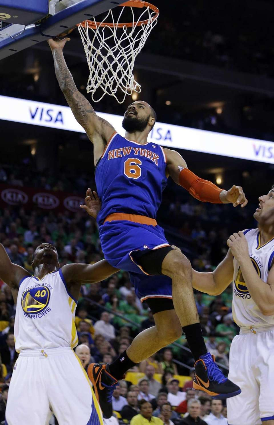 Tyson Chandler (6) lays up a shot over
