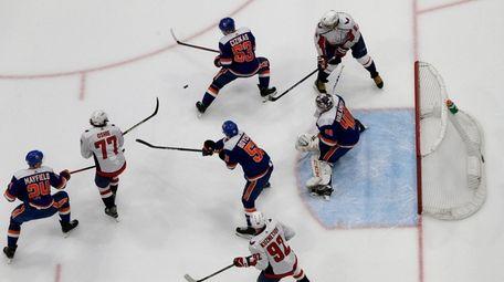 Semyon Varlamov #40, Casey Cizikas #53, Scott Mayfield