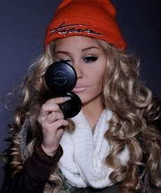 Amanda Bynes debuted her new look on Twitter