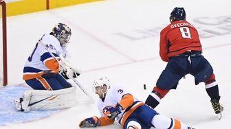 New York Islanders goaltender Semyon Varlamov (40) stops