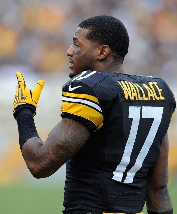 Wide receiver Mike Wallace agreed to a five-year,