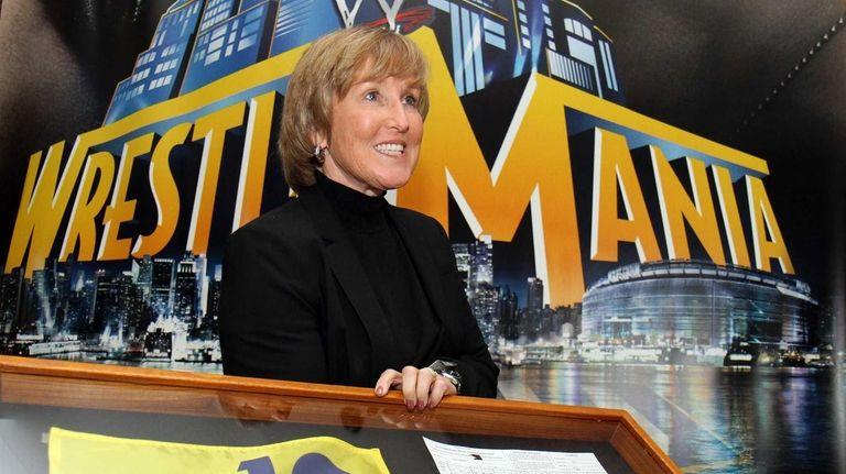 Former Women's U.S. Open Champion Jane Geddes holds
