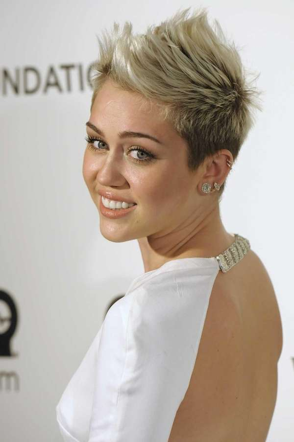 Miley Cyrus arrives at the Elton John Oscar