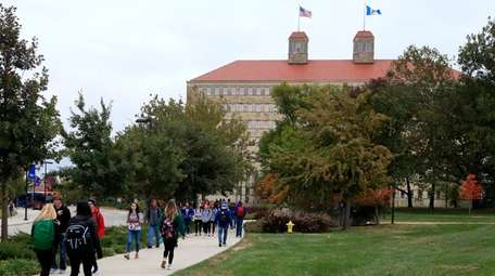 Students walk in front of Fraser Hall on