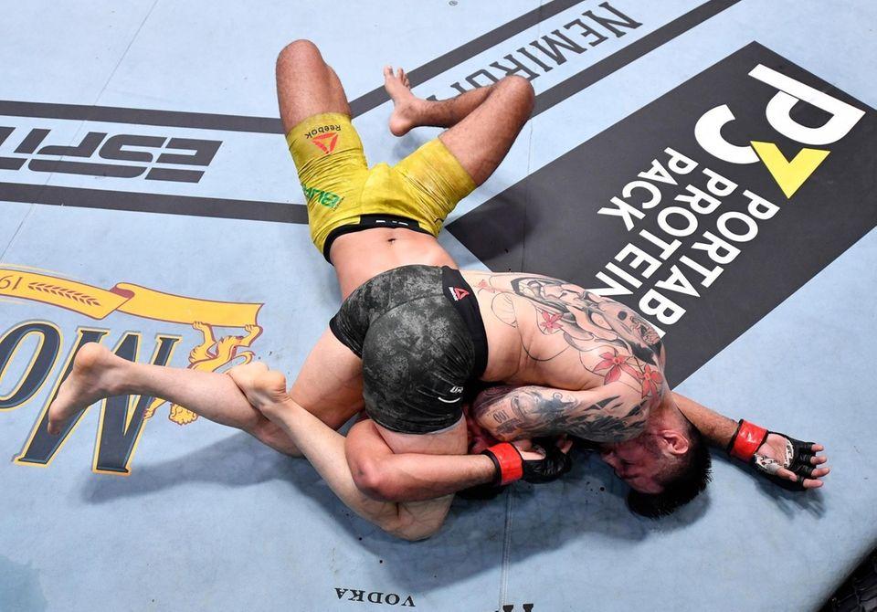 Daniel Pineda (R) elbows Herbert Burns of Brazil