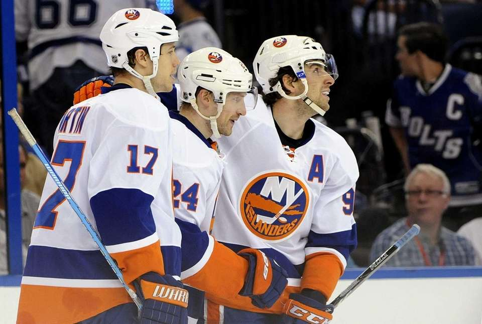 Islanders center Brad Boyes (24) celebrates his empty-net