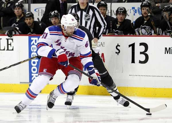Rick Nash of the Rangers handles the puck