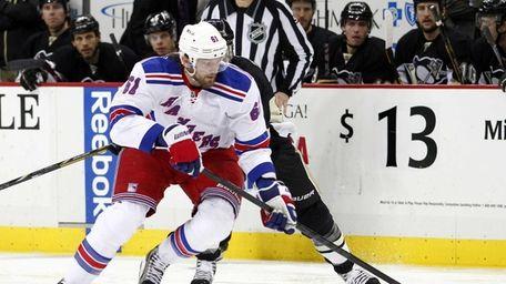 Rick Nash of the Rangers handles the puck