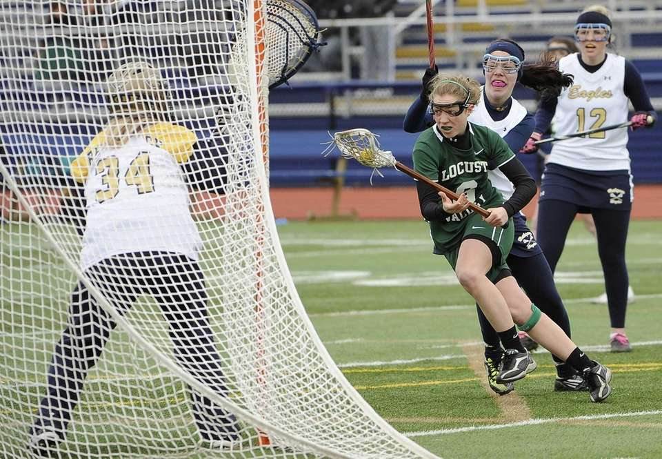 Locust Valley's Barrie Reilly drives to the net