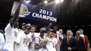 Louisville's Peyton Siva celebrates with teammates after winning