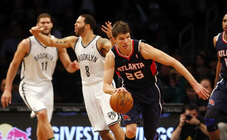 Kyle Korver of the Atlanta Hawks heads up