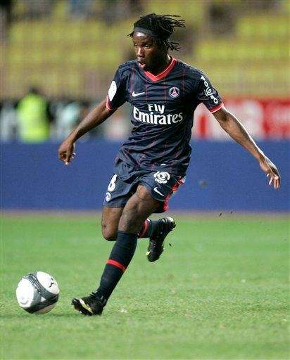 Paris Saint-Germain's Peguy Luyindula controls the ball during
