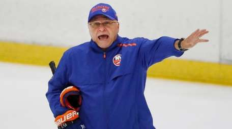 Islanders head coach Barry Trotz give instructions during