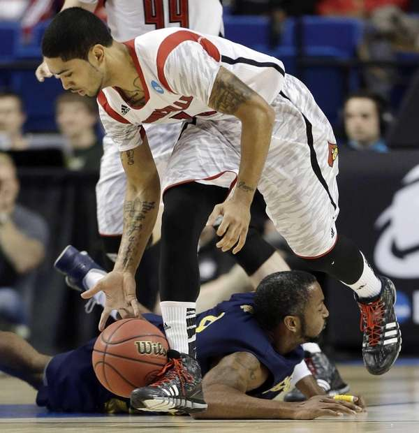 Louisville guard Peyton Siva (3) scoops the ball