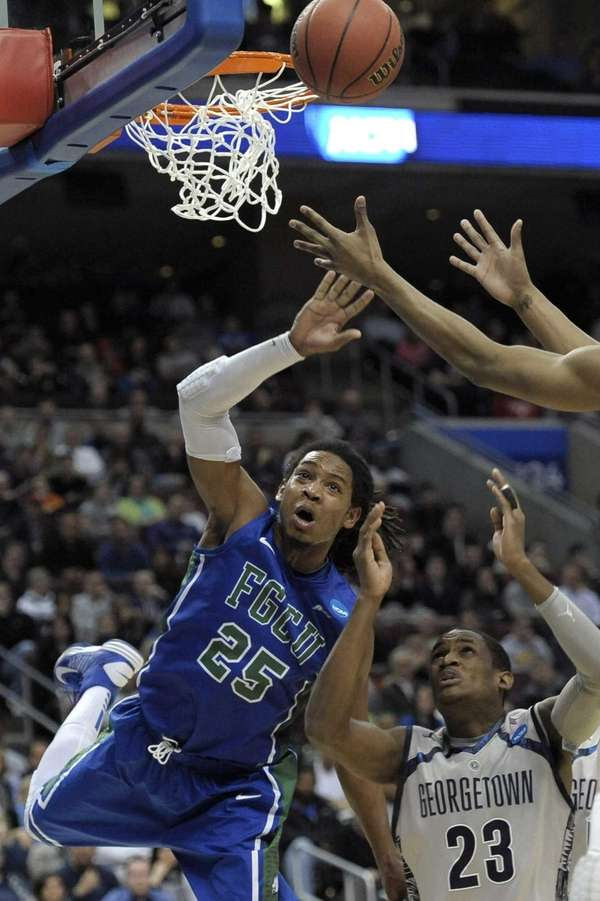 Florida Gulf Coast's Sherwood Brown, left, reaches for