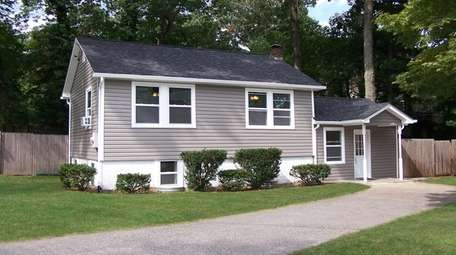 The home is close to Broadway Beach on