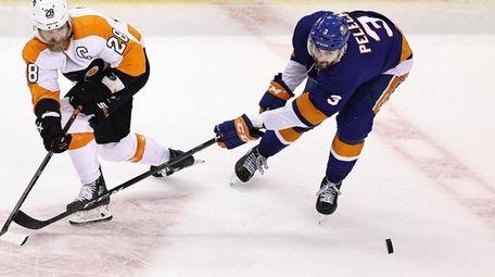 Claude Giroux #28 of the Philadelphia Flyers is