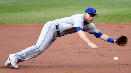 Todd Frazier of the Mets makes a diving