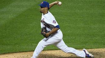 New York Mets relief pitcher Edwin Diaz delivers