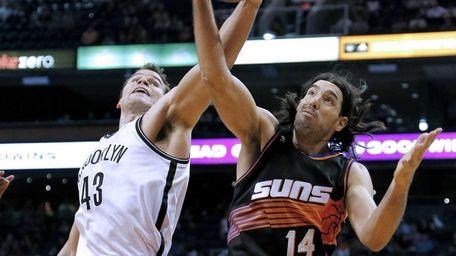 Kris Humphries and the Phoenix Suns' Luis Scola