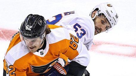 Nicolas Aube-Kubel of the Flyers and Casey Cizikas