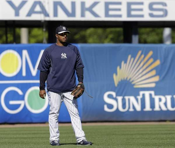 Yankees outfielder Vernon Wells waits to shag balls