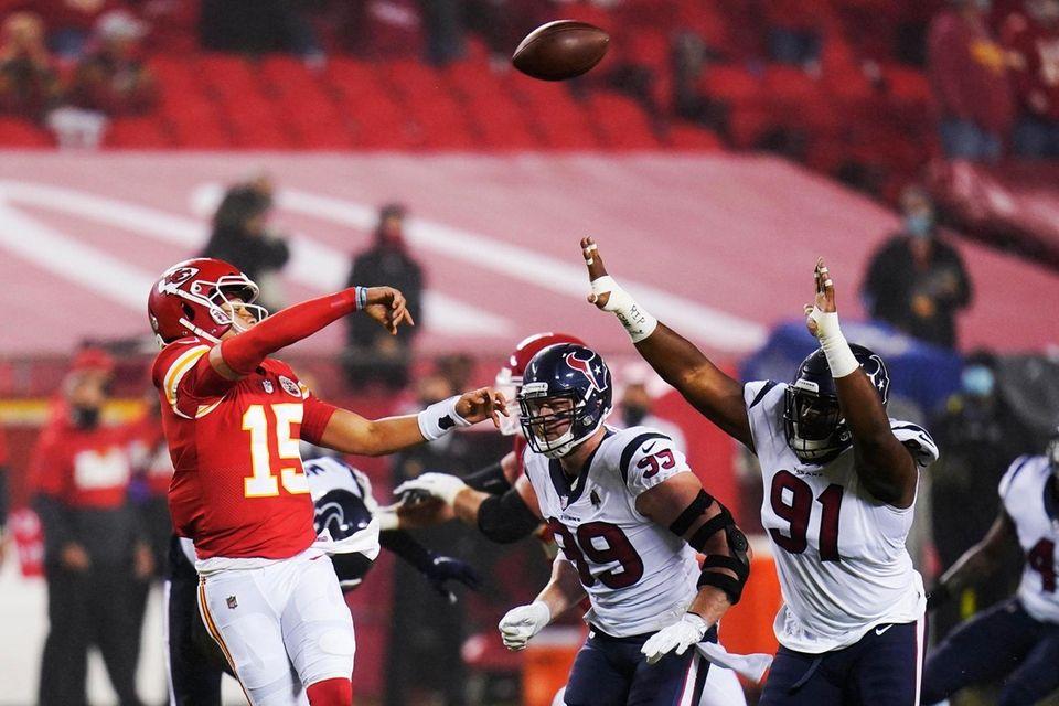 Kansas City Chiefs quarterback Patrick Mahomes (15) passes