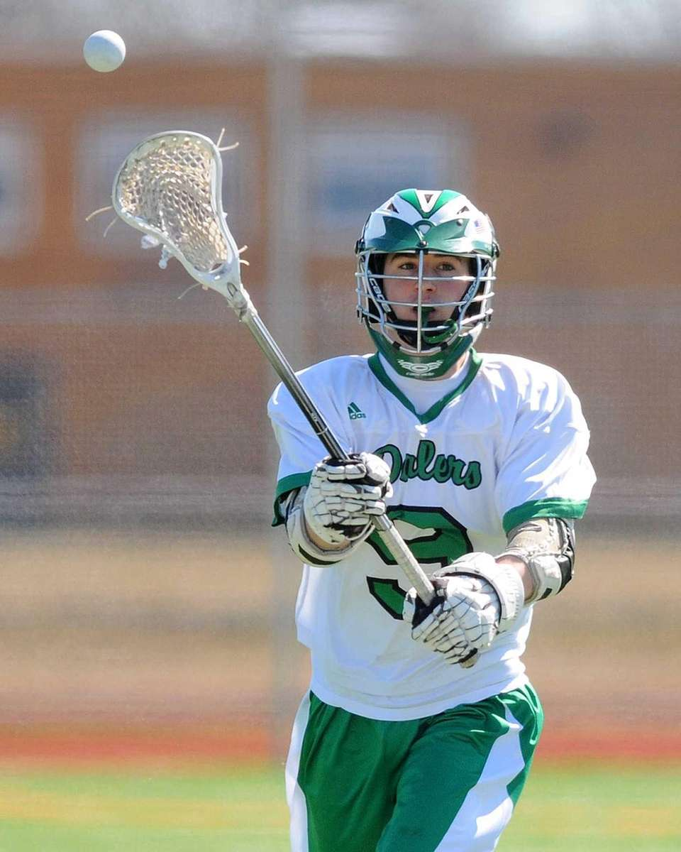 Farmingdale's Mike Herrscher makes a pass during the