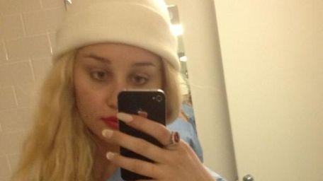 Amanda Bynes tweeted a series of selfies on