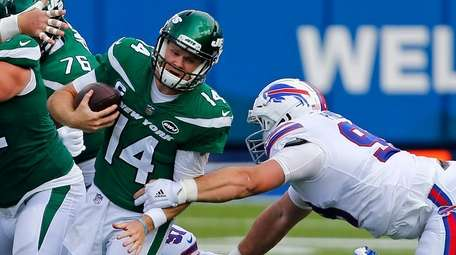 Jets quarterback Sam Darnold (14) is sacked by