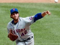 Steven Matz #32 of the Mets pitches in